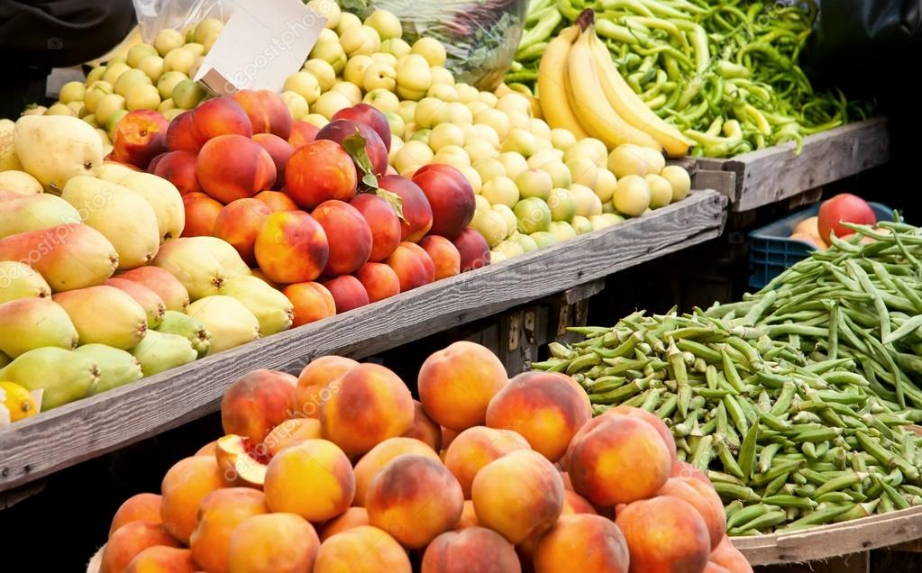 Fresh Organic Fruits and Vegetables At A Street MarketPeachs, Nectarine, Pears, Banana, Grean Pepper, Peas, and Green Beans  — Stockfoto #14013697