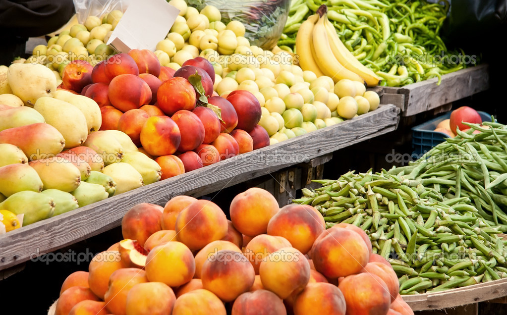 Fresh Organic Fruits and Vegetables At A Street MarketPeachs, Nectarine, Pears, Banana, Grean Pepper, Peas, and Green Beans  — Stock Photo #14013697