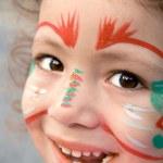 menina com pintura de rosto, olhando para cima — Foto Stock