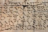 Antica iscrizione latina su una vecchia pietra. — Foto Stock