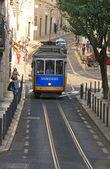 Le célèbre tramway ancien sur rue lisbonne (portugal). novembre 2013. — Photo