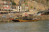 Boten met tun van portwine op rivier douro (porto, portugal) — Stockfoto