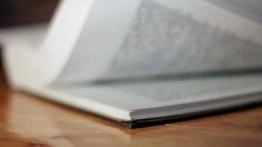 Bläddra sidor i en bok. — Stockvideo