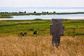 Cruz de pedra antiga de cossaco no rio dnieper — Foto Stock