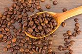 Cuillère à café en grains sur fond en bois — Photo