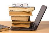 Boeken over laptop — Stockfoto