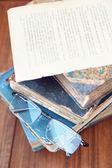 Occhiali e libro — Foto Stock