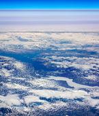 Bulutlar tarafından kaplı kış dağları — Stok fotoğraf