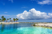 Tropical island on the cloudy background — ストック写真