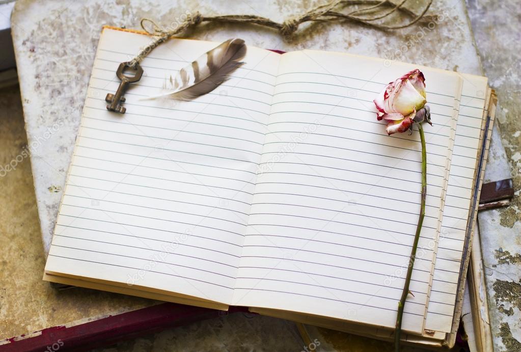 Hoja En Blanco En Un Viejo Cuaderno Enmarcado Con Llave