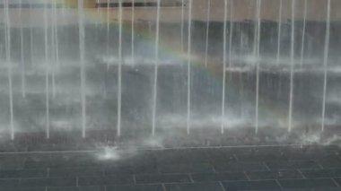 Natte en mooie regenboog in waterstralen — Stockvideo