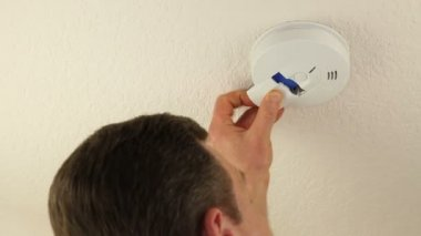 Man Changing Battery of Ceiling Smoke Detector — Wideo stockowe