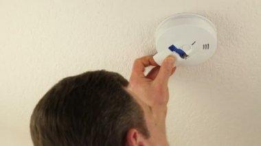 Hombre cambiar la batería de detector de humo de techo — Vídeo de stock