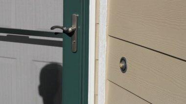 Säljare ringande främre dörrklockan — Stockvideo