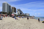 Beach Crowded with Spring Vacationers — Stock Photo