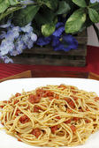 Spaghetti with Tomatoes and Flowers — Stock Photo