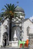 Kašna a kostel — Stock fotografie
