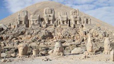 Stone heads on the Nemrud Dagi in Turkey — Stock Video