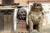 статуи и дверь — Стоковое фото