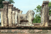 Lion and ruins — Stock Photo