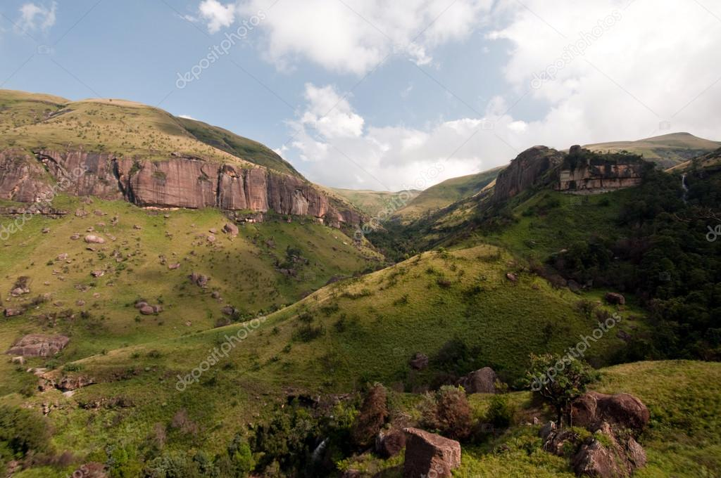 The Tugela River flows gently down from the slopes of the Ampithetare in the Royal Natal National Park in the Drakensberg Mountains — Стоковая фотография #12590664