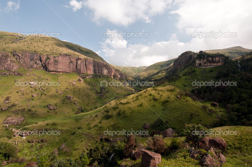 The Tugela River flows gently down from the slopes of the Ampithetare in the Royal Natal National Park in the Drakensberg Mountains — Foto Stock #12590664