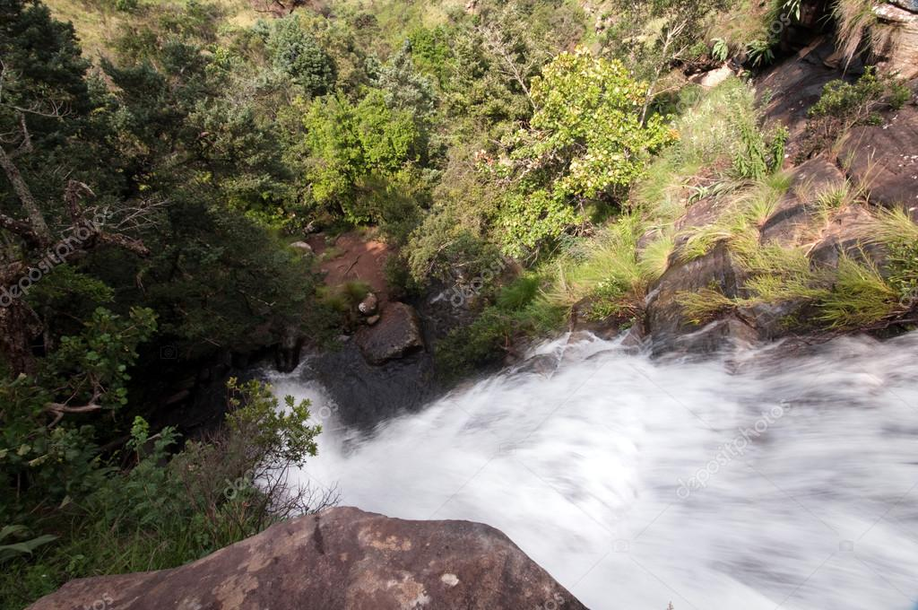The Tugela River flows gently down from the slopes of the Ampithetare in the Royal Natal National Park in the Drakensberg Mountains — Stock Photo #12590686