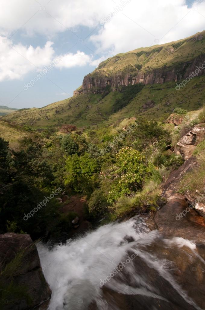 The Tugela River flows gently down from the slopes of the Ampithetare in the Royal Natal National Park in the Drakensberg Mountains — Stock Photo #12590692