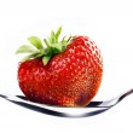 un cœur en forme de fraise isolé sur fond blanc — Photo #19271497