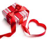 Kunst valentine dag giftdoos op witte achtergrond — Stockfoto