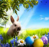 Arte piccolo coniglietto di pasqua e uova di pasqua sull'erba verde — Foto Stock
