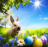 Art Little Easter bunny and Easter eggs on green grass — ストック写真