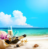 Art romantic sea beach. wine Glasses and Champagne Bottle on san — Stockfoto