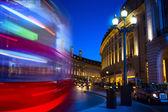 Sztuka piccadilly circus w Londynie nocą — Zdjęcie stockowe