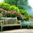 Art bench and flowers in the morning in an English park — Foto de Stock