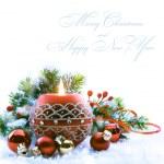 Noel tebrik kartı ile Noel süslemeleri beyaz bac üzerinde — Stok fotoğraf #8174602
