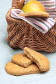 Oatmeal cookies and a picnic basket — Stock Photo