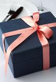 Caja de regalo en una cinta roja decorativa — Foto de Stock