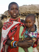 KENYA, MASAI MARA - JANUARY 6: Mother holding her baby and stand — Foto Stock