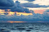 Coucher de soleil sur les vagues du lac supérieur — Photo