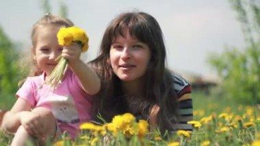 Filles avec des fleurs — Vidéo