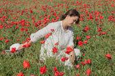 年轻的女孩之间罂粟 — 图库照片