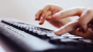 Escribiendo en un teclado — Vídeo de Stock