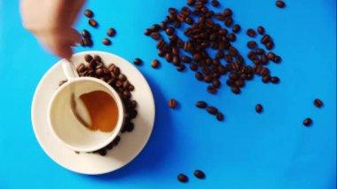 Kawa na stole niebieski — Wideo stockowe