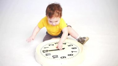 Child and clock — Stock Video