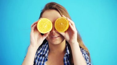 Woman with oranges — Stock Video