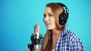 Singing with headphones — Stock Video