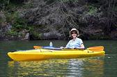 Sonriente en kayak — Foto de Stock