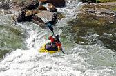Homme sur le kayak sur la rivière — Photo