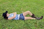 Tienermeisje liggen in gras — Stockfoto